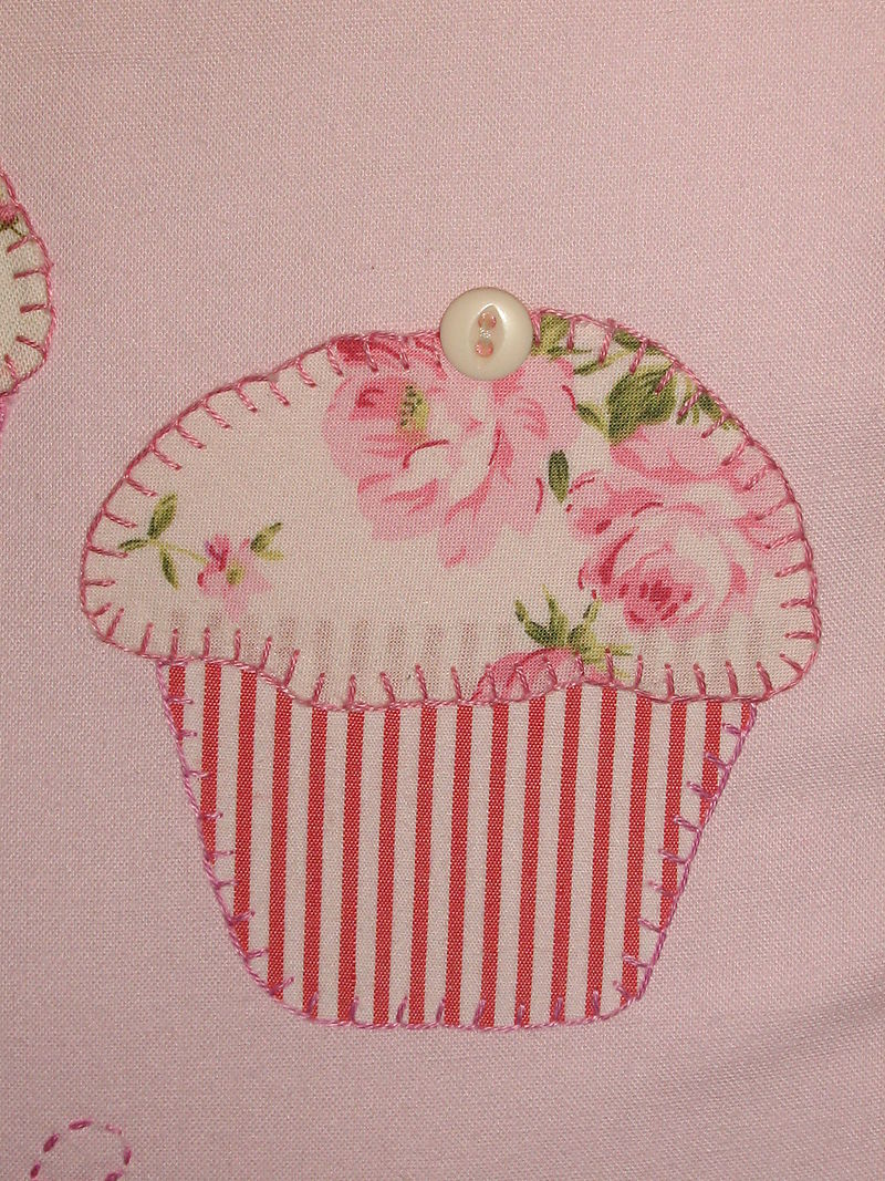 Cupcake cushions, white hearts 004