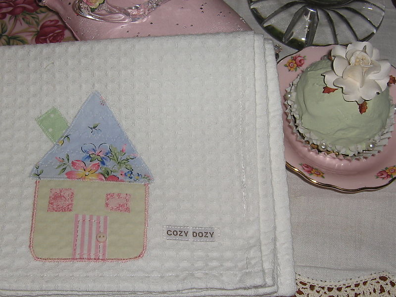 Cupcake cushions, white hearts 076